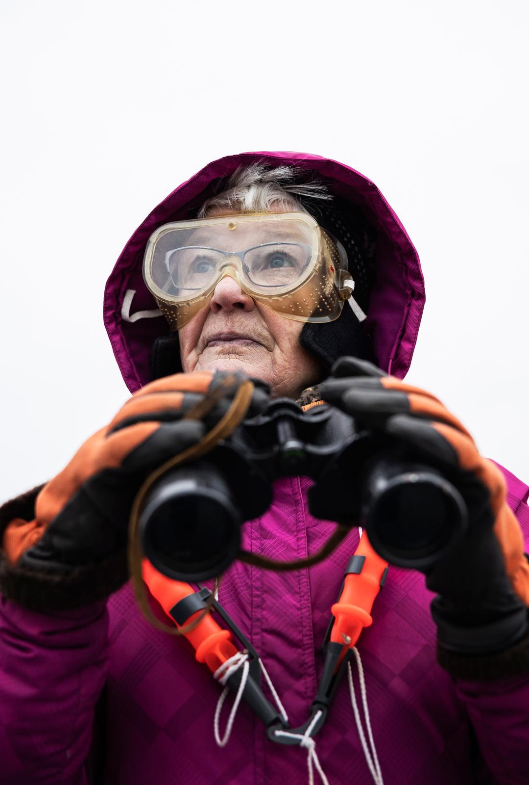 Marjatta Hämäläinen tarkkailee norppia nyt viidettä kevättä. Talvella norppabongarin perusvarustukseen kuuluvat kiikarien ohella naskalit, liukuesteet, suojalasit ja tuulenpitävät vaatteet.