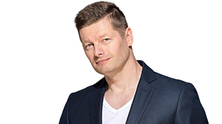"""Yle aloitti Olohuone-lähetykset, joissa artistit esiintyvät television välityksellä kotisohville. Petri Hervanto kannattaa kollegansa Marko Maunukselan siitä ideoimaa ehdotusta. """"Se on pop-perjantai, joten voisi olla myös lavalauantai."""""""