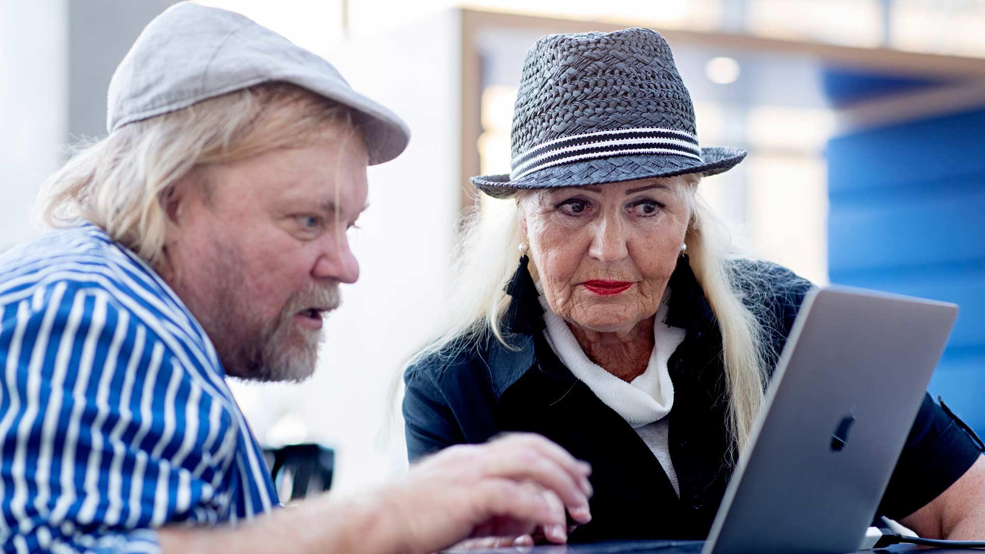 Valokuvaaja Kari Pekonen käy Pirkko Ahtolan kanssa läpi mallikansioon valittavia kuvia.