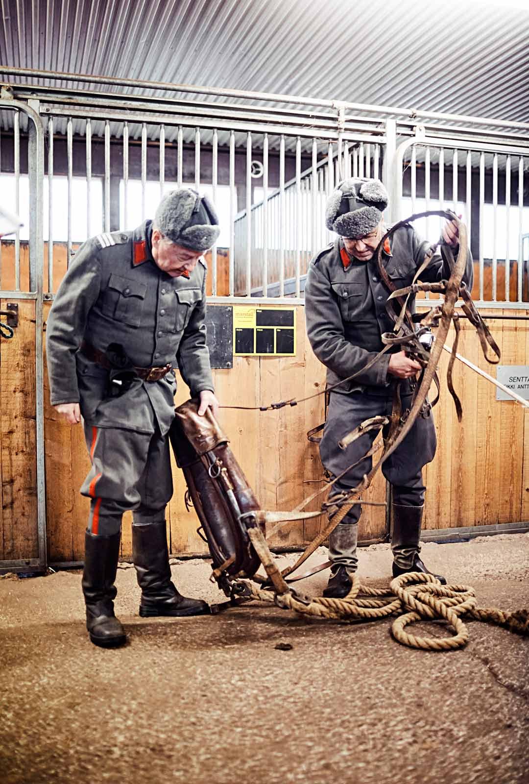 Tykkihevosen vyöt, soljet ja köydet ovat vääntyneet vyyhdiksi. Pekka Termala (vasemmalla) ja Matti Peurala joutuivat selvittelyhommiin.