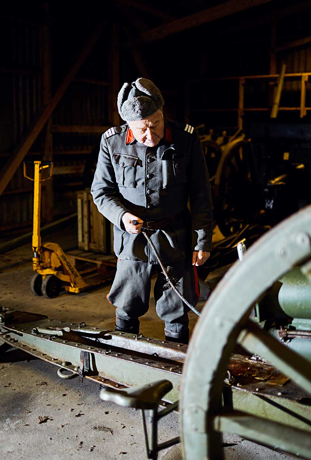 Pekka Termala tarkastaa, että vuonna 1902 pietarilaisessa Putilovin tykkitehtaassa valmistetun kanuunan lukko toimii ja iskuri napsahtaa.