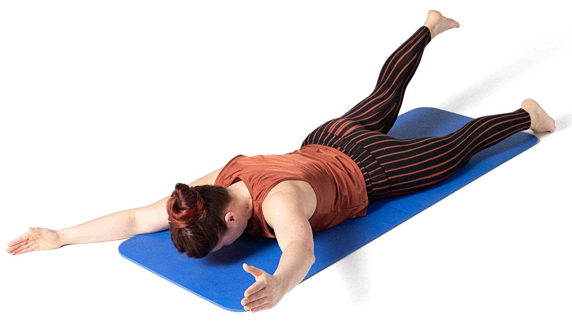 Kohota ristikkäistä kättä ja jalkaa irti lattiasta ja kurota niillä pituutta.