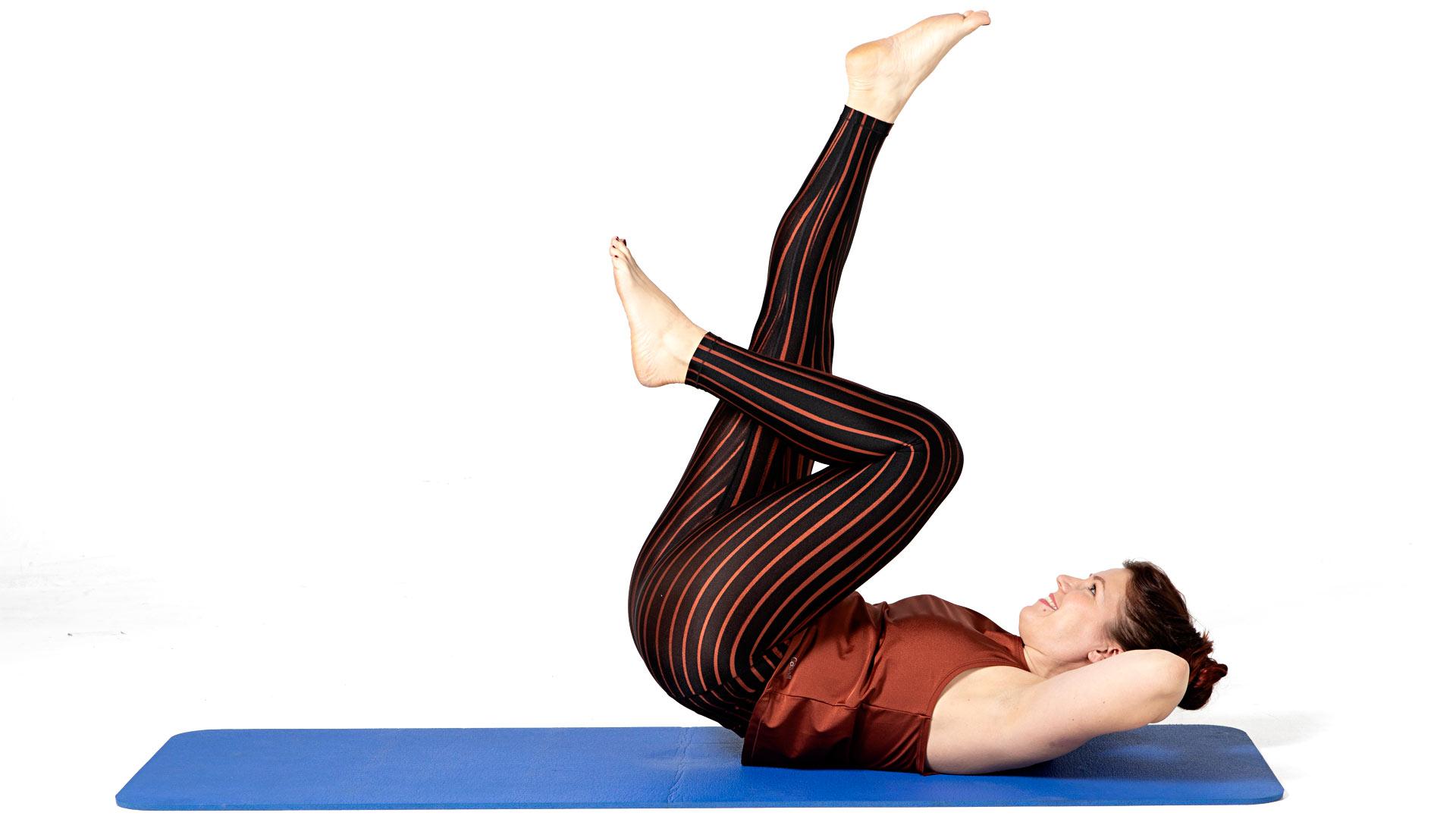 Vedä toinen polvi koukkuun vatsalle ja ojenna toinen jalka suoraksi kohti kattoa.