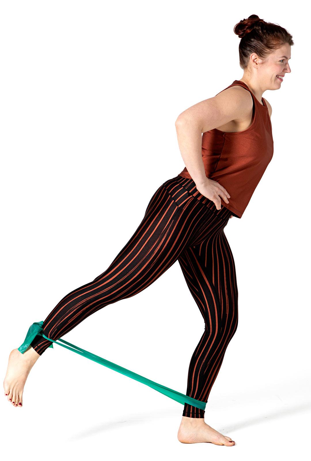 Ojenna takajalan lonkkaa polvi suorana eli nosta jalkaa irti maasta takaviistoon.