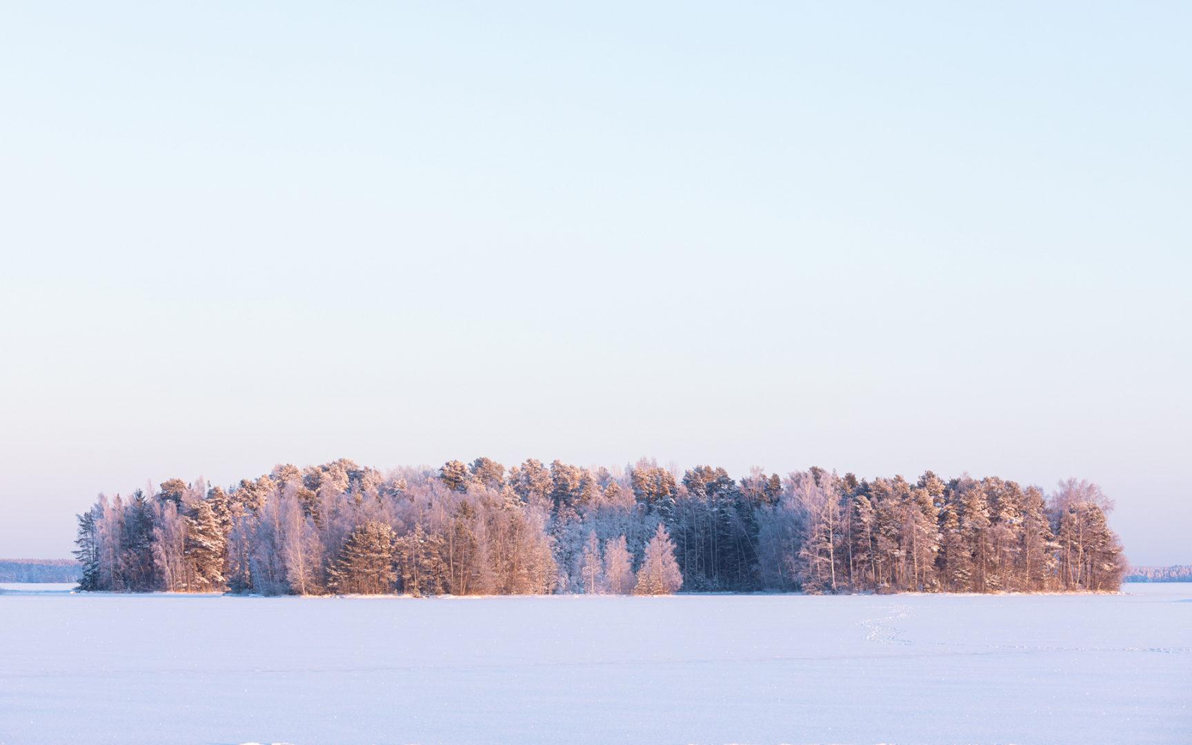 Talvella järven jää mouhuu ja paukahtelee.