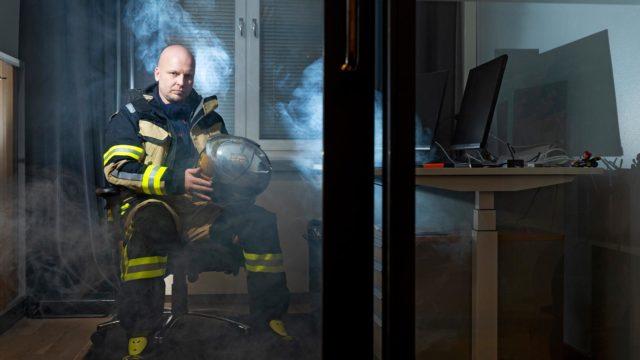 """""""Kerrostalon asukkaan ei pidä koskaan lähteä savuiseen portaikkoon. Nykyajan ovet kestävät hyvin"""", kertoo Vuoden palomieheksi valittu Saku Sutelainen."""