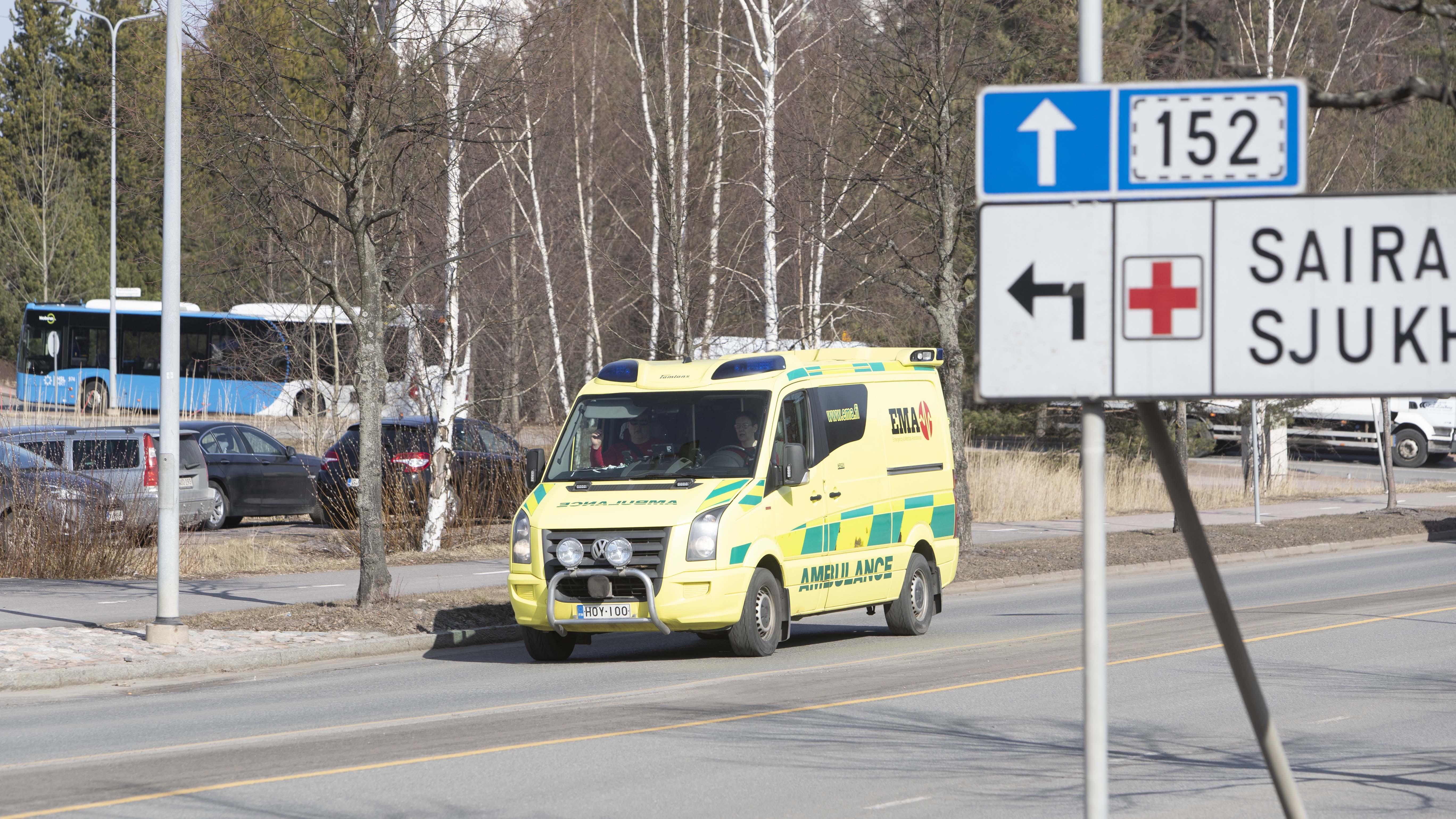 Eräs Helsingin kotihoidon työntekijä joutui pyytämään toimintaohjeet sairaalasta, kun asiakkaalla epäiltiin koronaa. Esimies ei tiennyt, saako hoitaja mennä suoraan seuraavalle keikalle.