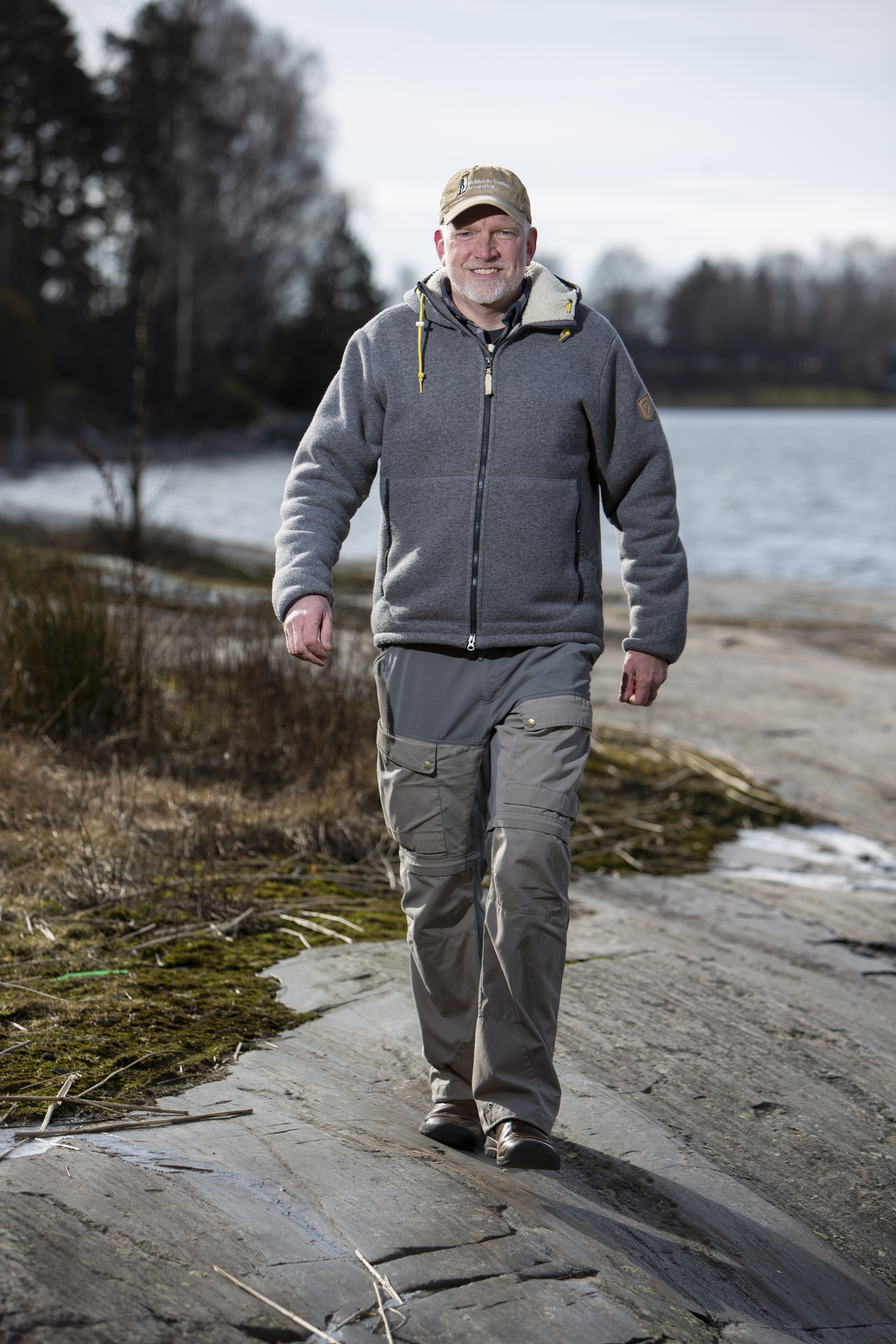 Pata harjoittelee kävelemällä tuntikausia painava reppu selässään. Retkikunnan matkoilla paino saattaa pudota jopa kymmenen kiloa. Kuva: Tommi Tuomi