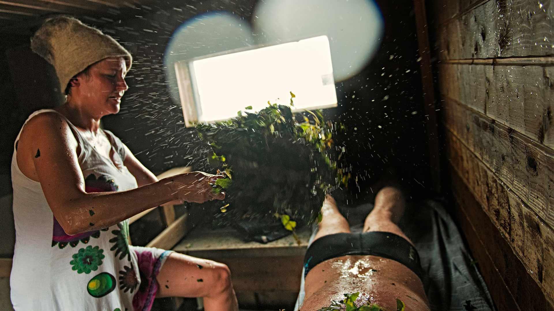 Vihta heiluu ja loitsu raikaa. Saunasta elämänvoimaa ammentanut Mari Lusenius jakaa mielellään saunan ilosanomaa myös muille.