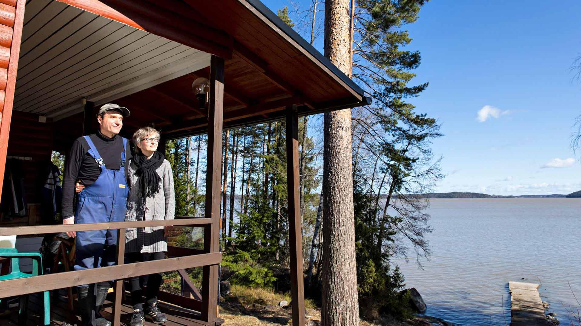 Jarmo Uutela ja Sirkka Laakkonen olivat kiirastorstaina mökillään Lapinjärven Pyhäjärven rannalla.