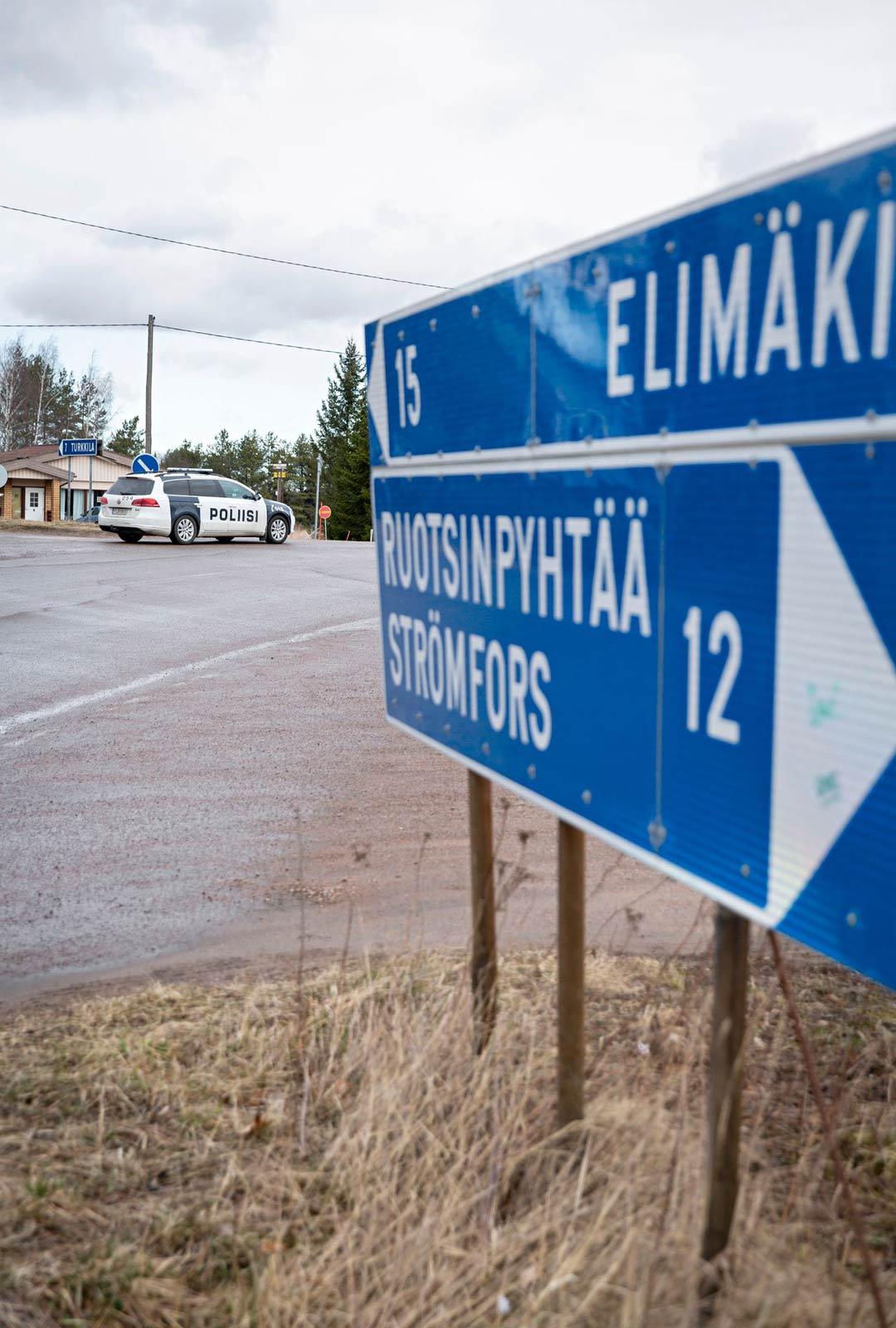 Ruotsinkylässä poliisin tiesulku oli viritetty tienristeykseen kyläkaupan kylkeen.
