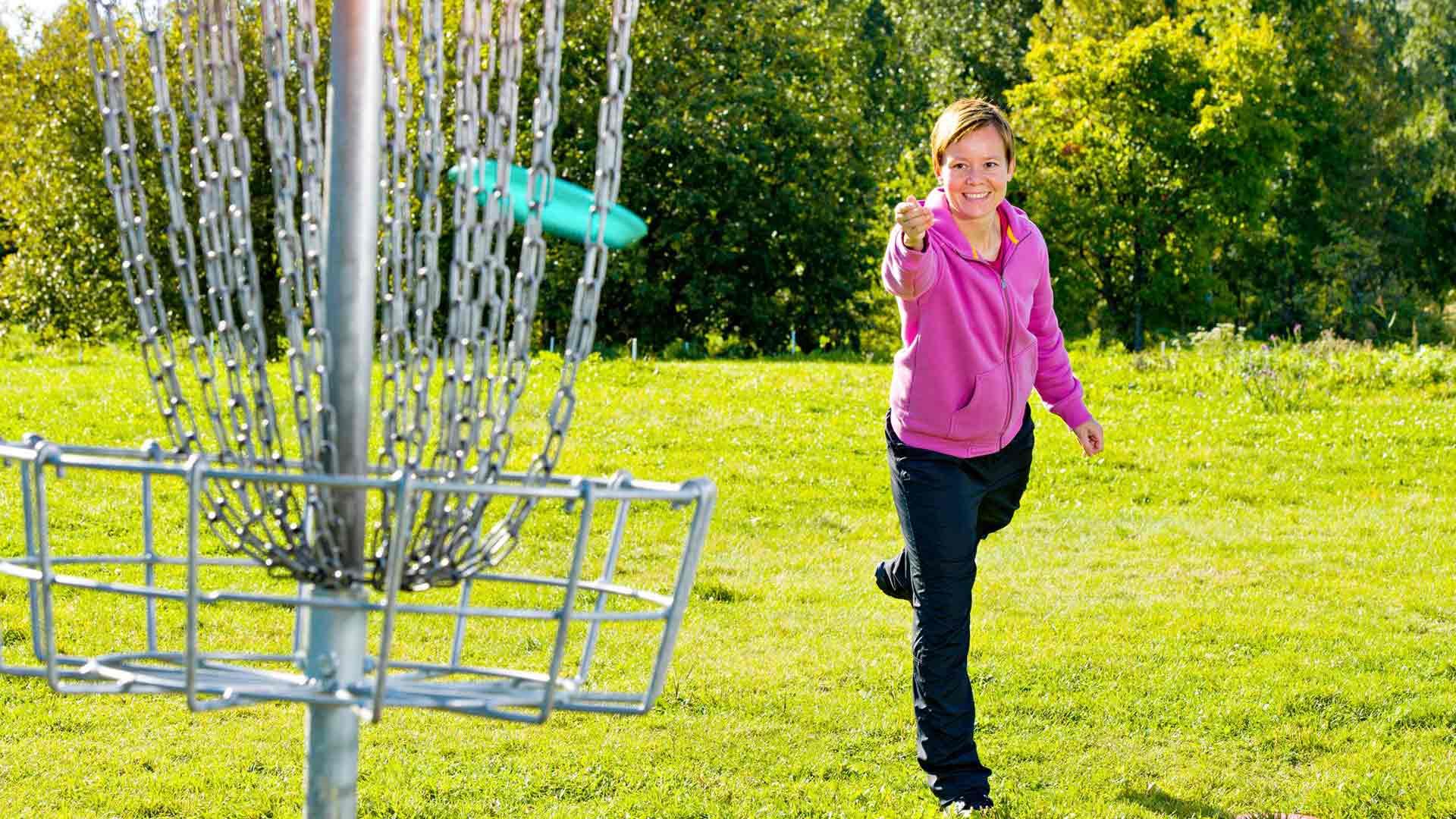 Frisbeegolf tarjoaa vaihtoehdon lenkkeilylle.
