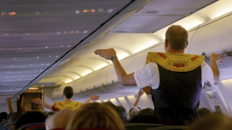 Lentohenkilökunnalla on koulutus ongelmatilanteessa toimimiseen. Siksi lentöyhtiöiden työntekijöillä on hyvät valmiudet auttaa myös koronakriisissä.