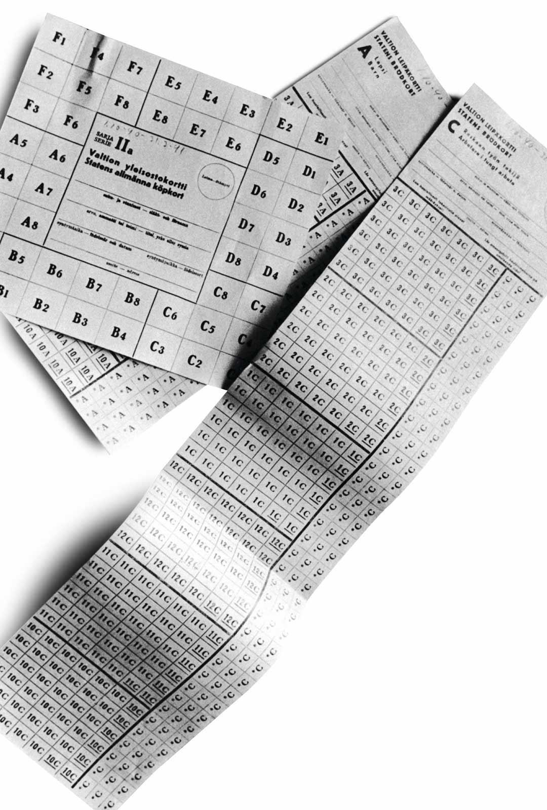 Ostokortteja jatkosodan ajalta, jolloin perheet saivat ostaa säännösteltyjä elintarvikkeita kerrallaan vain tietyn määrän. Koronakriisikin saattaa sadonkorjuuvaikeuksien takia aiheuttaa pulaa yksittäisistä raaka-aineista, mutta syötävä ei ole Suomesta loppumassa.