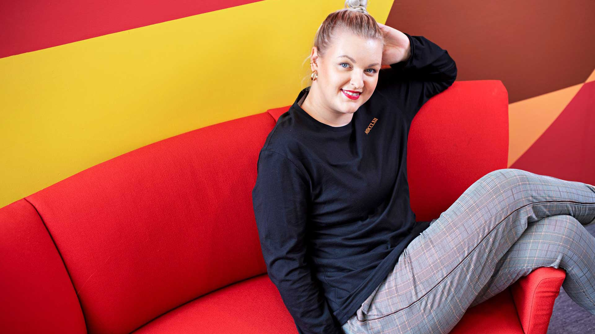 Jenni Poikelus on radiotoimittaja, televisioesiintyjä ja käsikirjoittaja