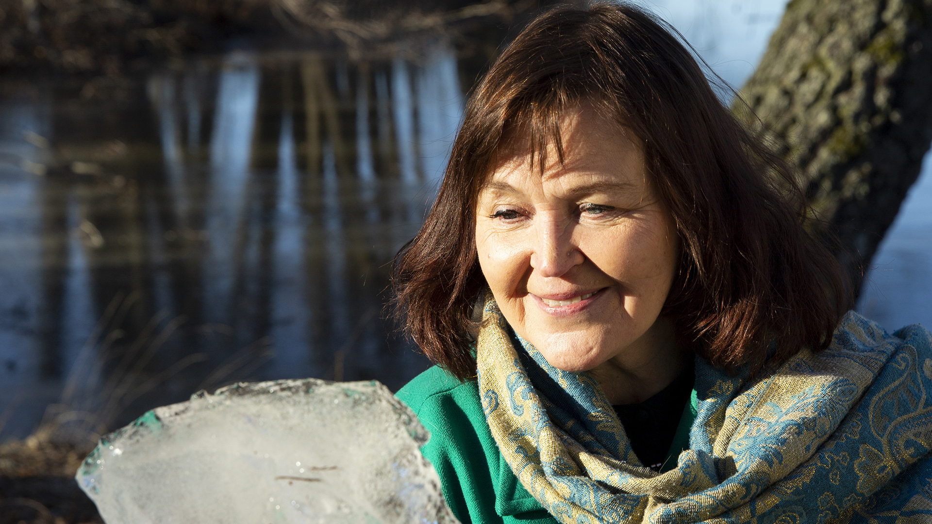 """Anna-Mari Kaskinen on suomalainen kirjailija, runoilija ja sanoittaja. Hän on esimerkiksi sanoittanut """"Herra, kädelläsi"""" virsikirjan virren."""
