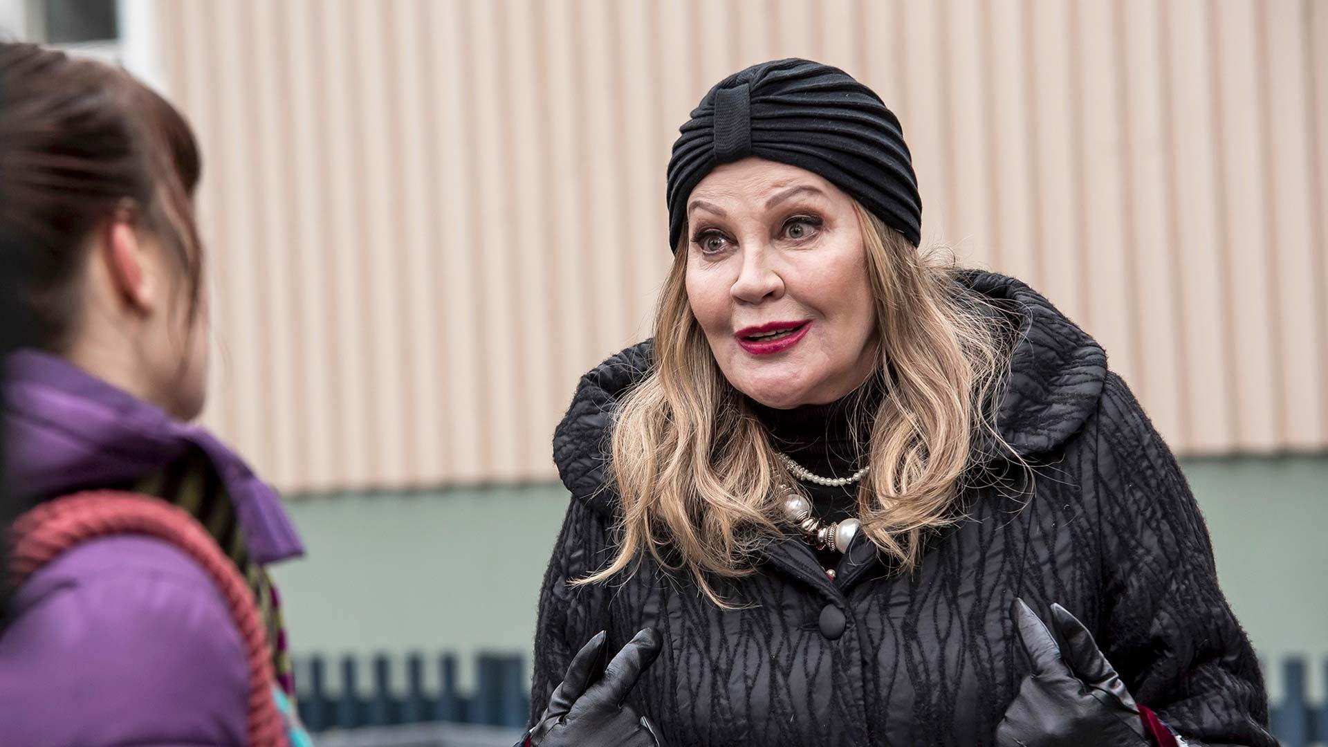 Hannele Lauri komediasarjassa Ei haukku haavaa tee.