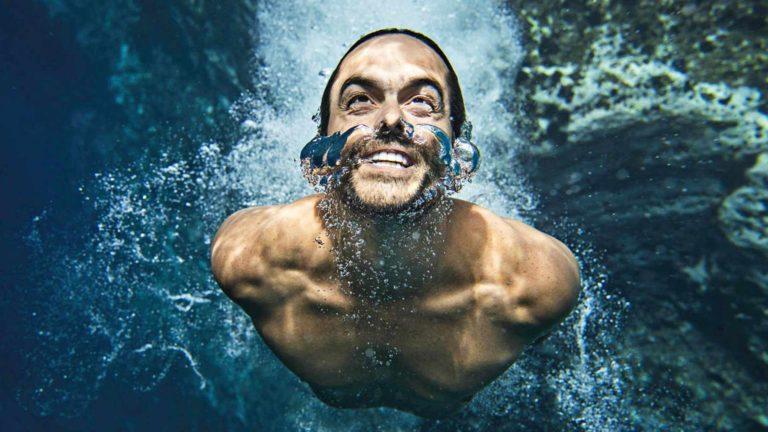 Uimahyppääjä Orlando Duque dokumentissaJyrisevä savu.