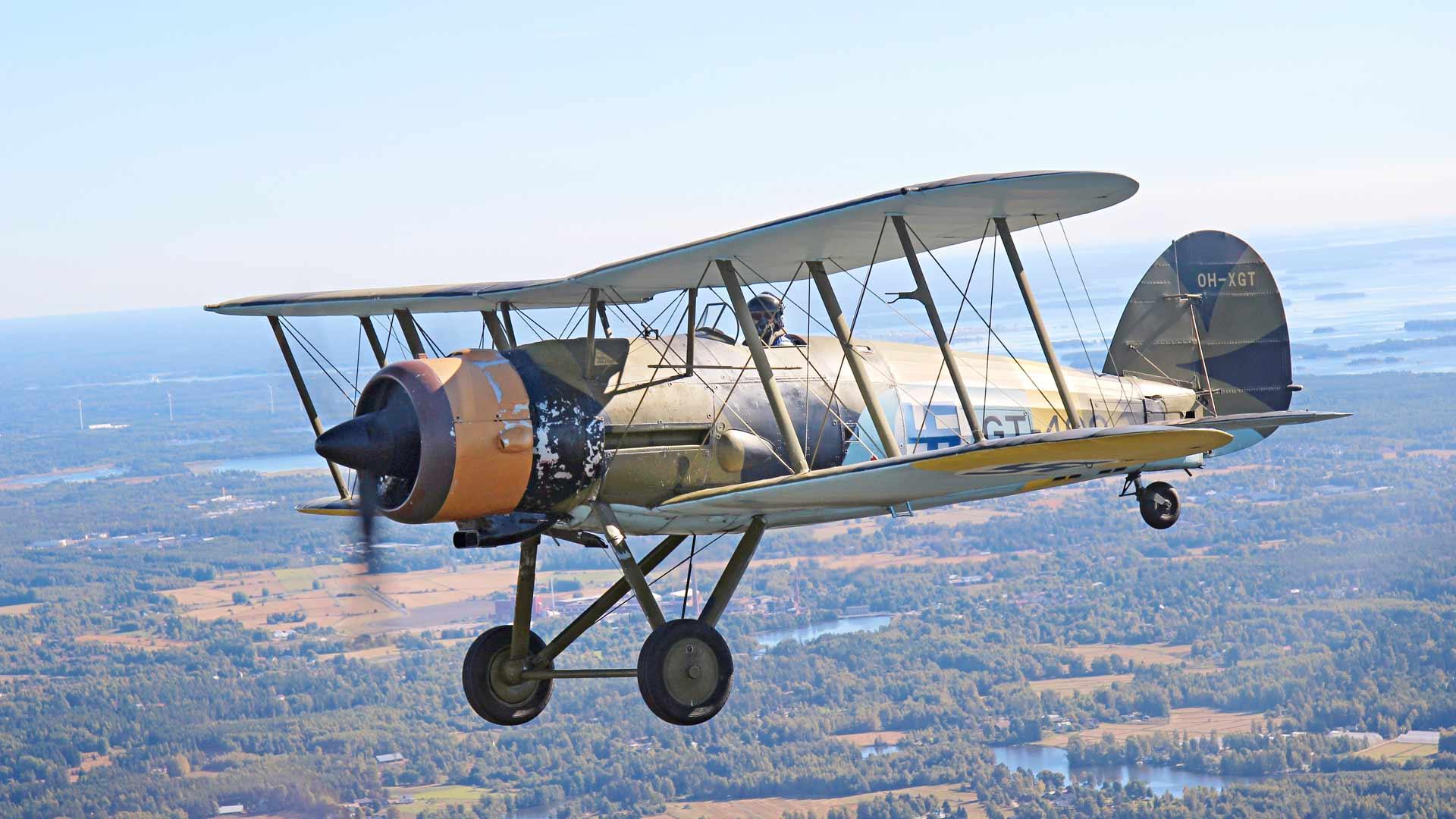Jyrki Laukkanen lentää Kymin lentokentän yllä vuoden 1936 Gloster Gauntlet -hävittäjällä. Kone on tyyppinsä ainoa maailmassa.