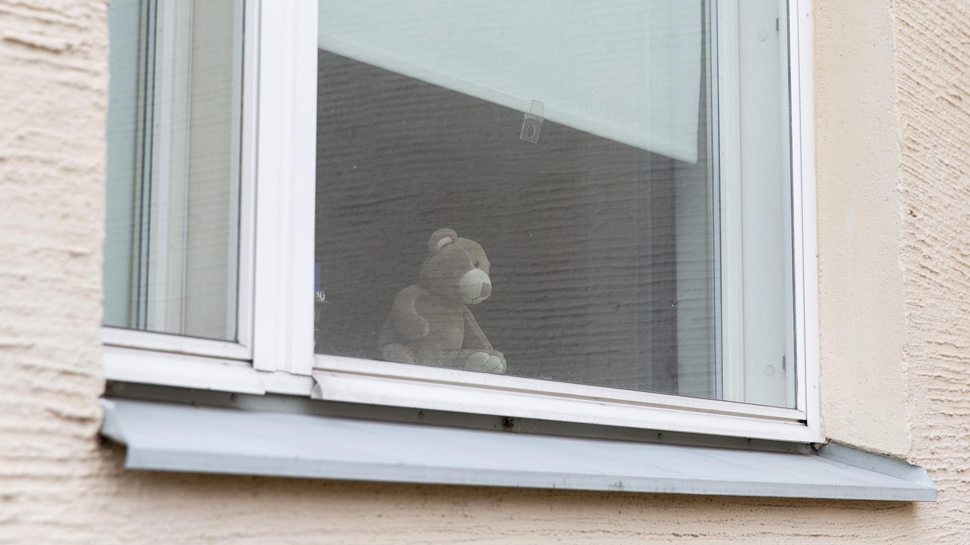 Koronakriisi toi nallet ikkunoihin ohikulkijoita ilahduttamaan.