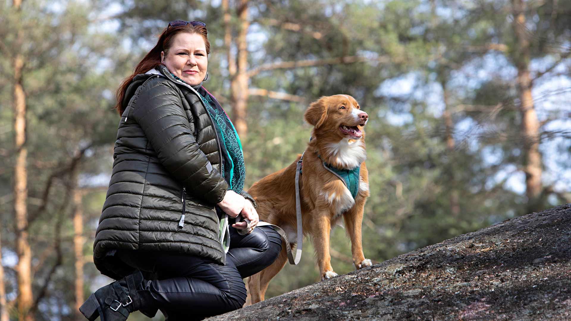 """Elina Hiltunen on yrittäjä, ja hänenkin talouteensa pandemia tekee loven. """"Onneksi minulla on aina varasuunnitelmia"""", hän sanoo. Nyt on aikaa kirjoittamiseen ja koiralenkkeihin."""