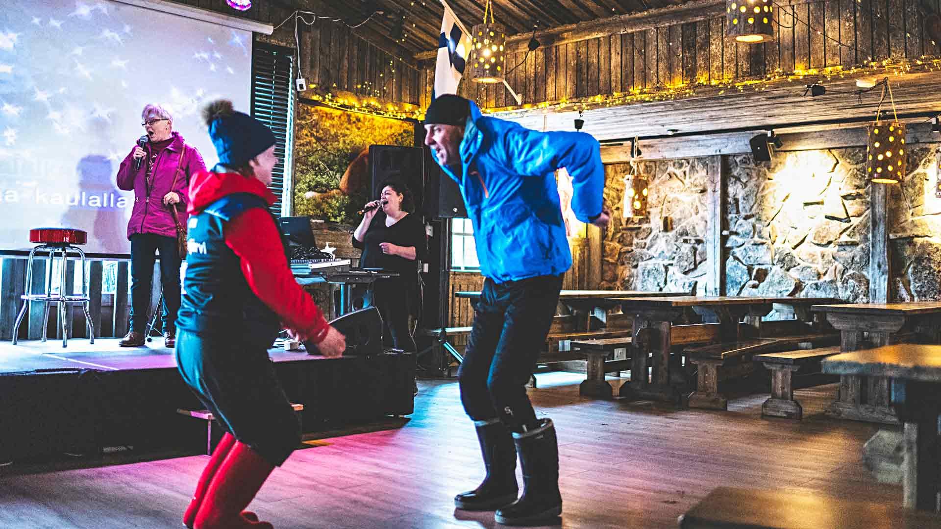 Kyllikki Hokkanen, 75, nousi lavalle ja lauloi ensimmäistä kertaa karaokea Panimo Pubissa 17. maaliskuuta. Karaoke-emäntä Johanna Joensuu tuki laulua taustalla.