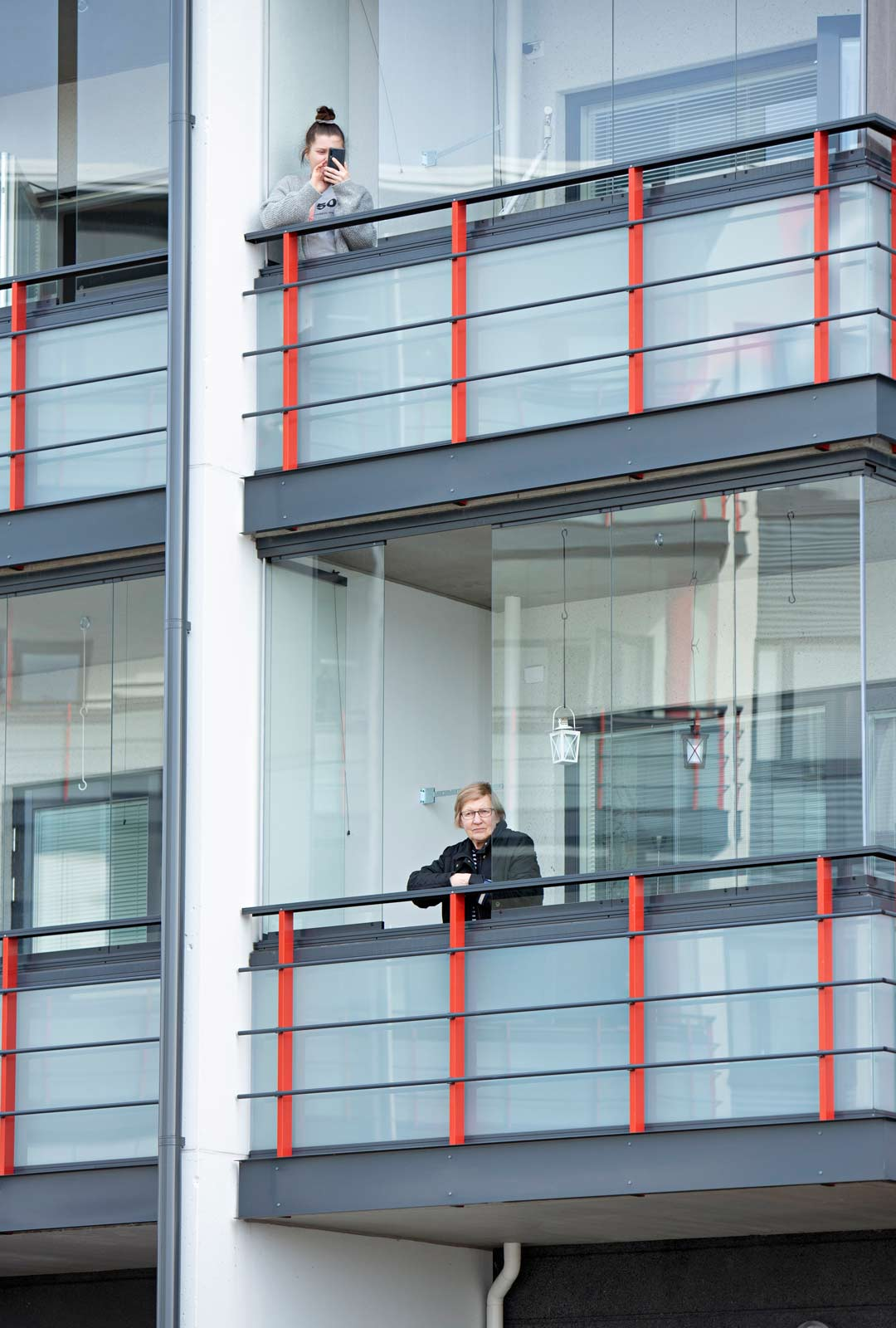 Karanteeni päällä. Mikkelin Graanin kaupunginosan kerrostalojen parvekkeilla riitti kuuntelijoita.