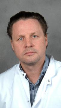 Oulun yliopiston solu- ja kehitysbiologian professori Petri Lehenkari on sitä mieltä, että suomalaisten tulisi suojata suunsa ja nenänsä aina kaupassa käydessään.