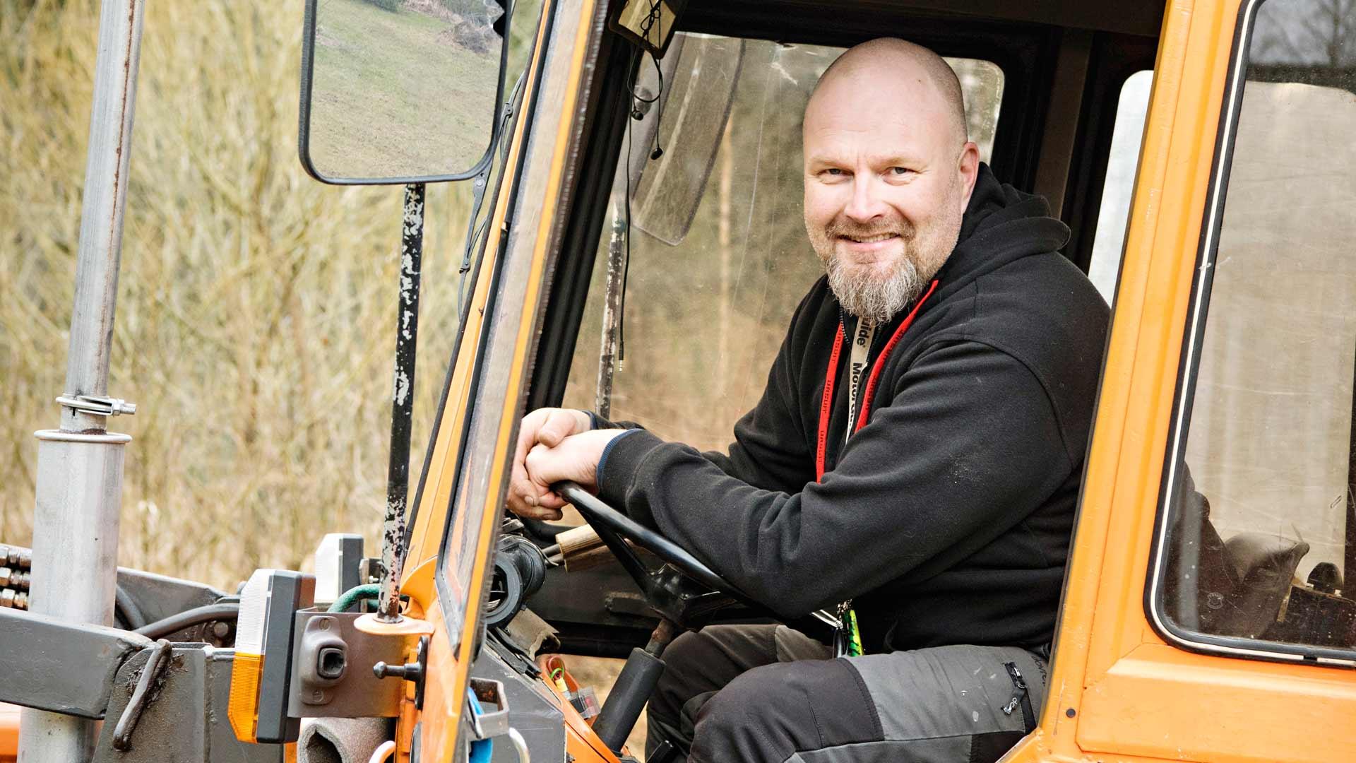 Vaikka ADHD-lääkitys on rauhoittanut Osku Kuuselaa, elämässä on yhä paljon touhua. Kotipihalla on puuhamaa traktorin, veneiden ja ruohonleikkurien kanssa.