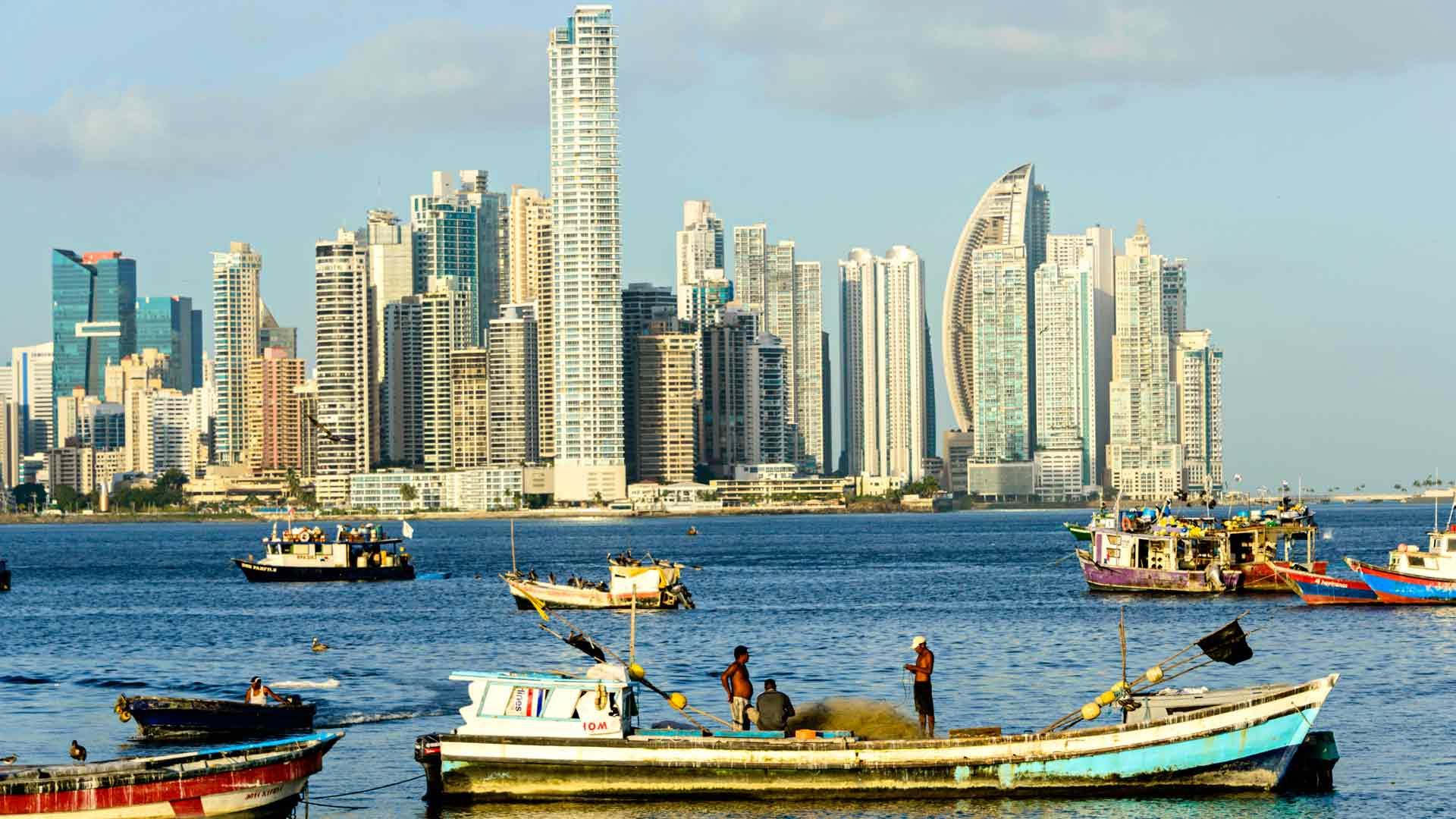 Panama Cityn siluettia määrittävät Väli-Amerikan korkeimmat pilvenpiirtäjät. Nousuvesi tuo alukset Panaman lahdelle.