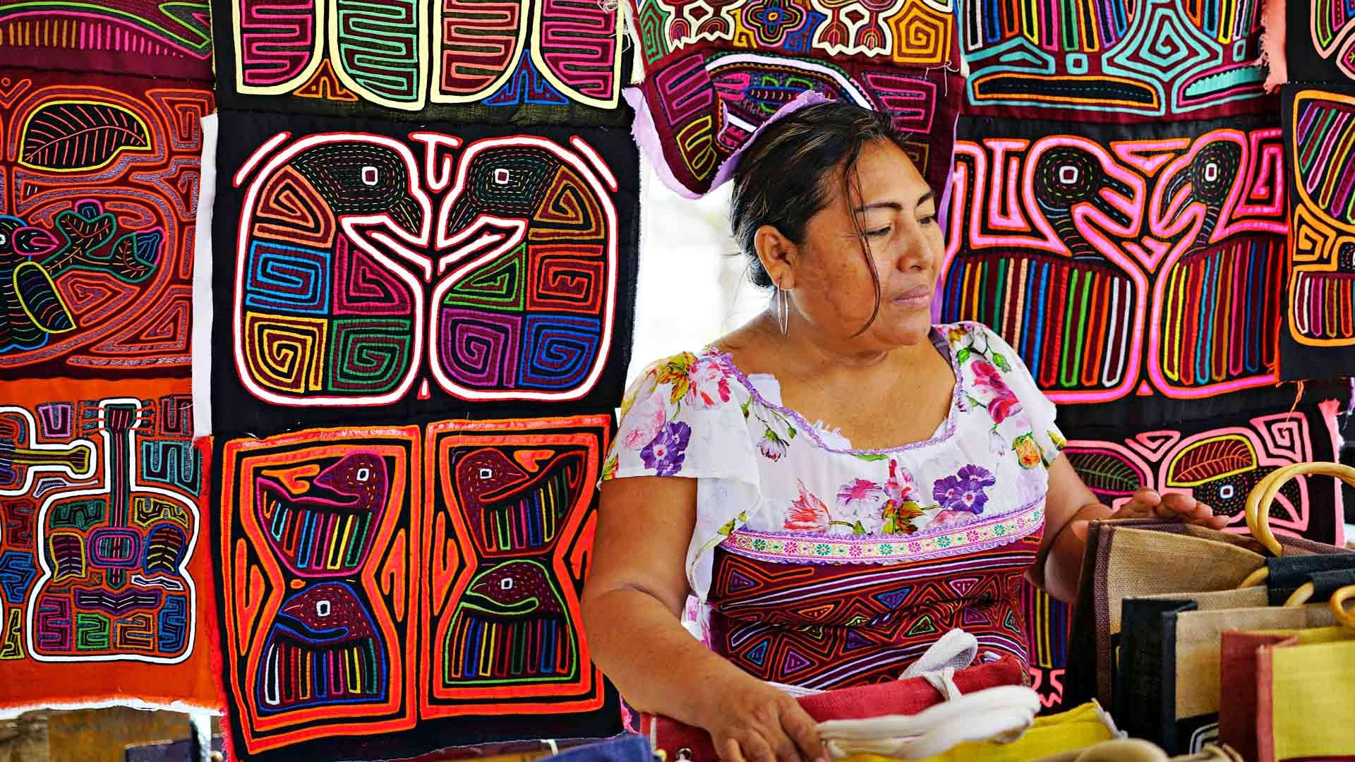 Kuna Yala -alkuperäisheimoon kuuluva nainen matkamuistokojussaan Casco Viejon vanhassa kaupungissa.