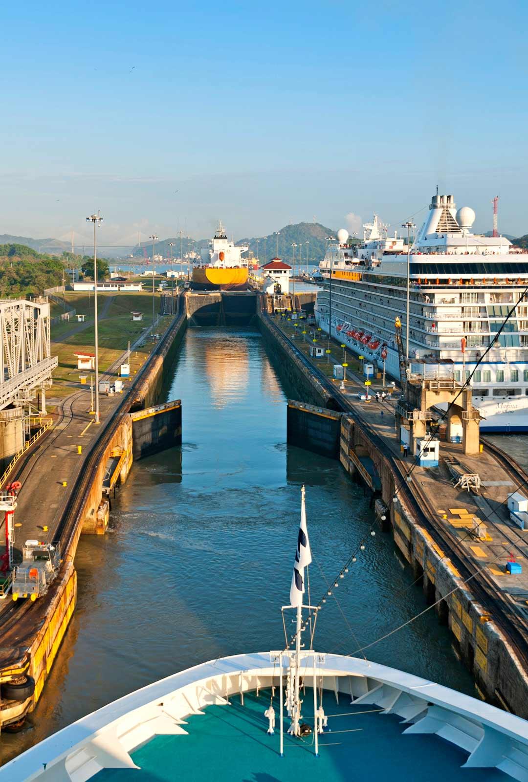Mirafloresin sulkuporttien läpi kulkee noin 14 000 alusta vuodessa.
