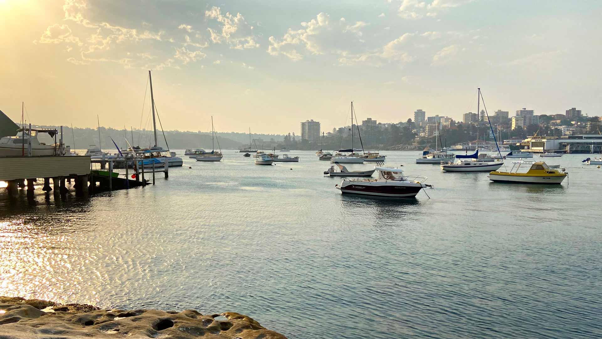 Manlyn alueella rannat ovat kauniita ja rauhallisia. Auringonlaskut ovat Sydneyssä upeita ja paikalliset kerääntyvät rannoille ikuistamaan maisemaa.