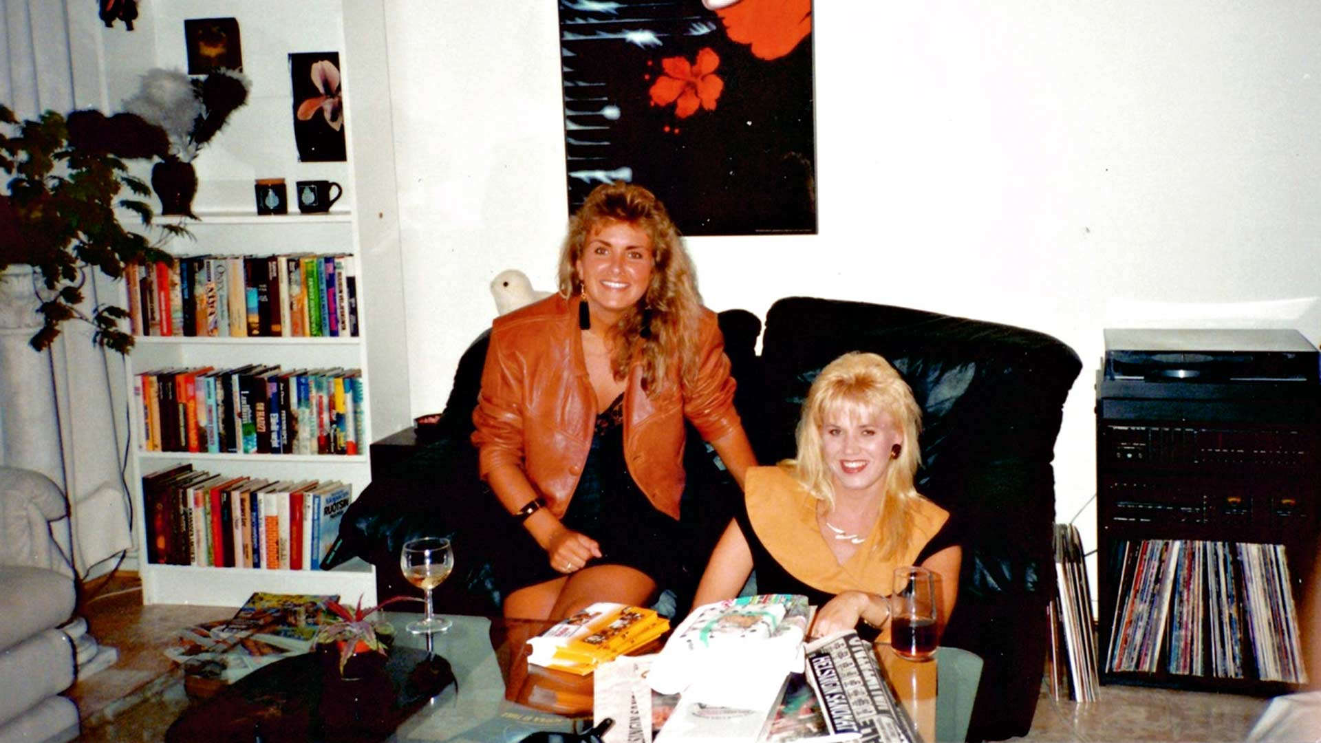 Lea Saukkonen ja Pia Vehviläinen lähdössä baanalle kultaisella 80-luvulla Helsingissä, vuosina 1983 ja 1985.