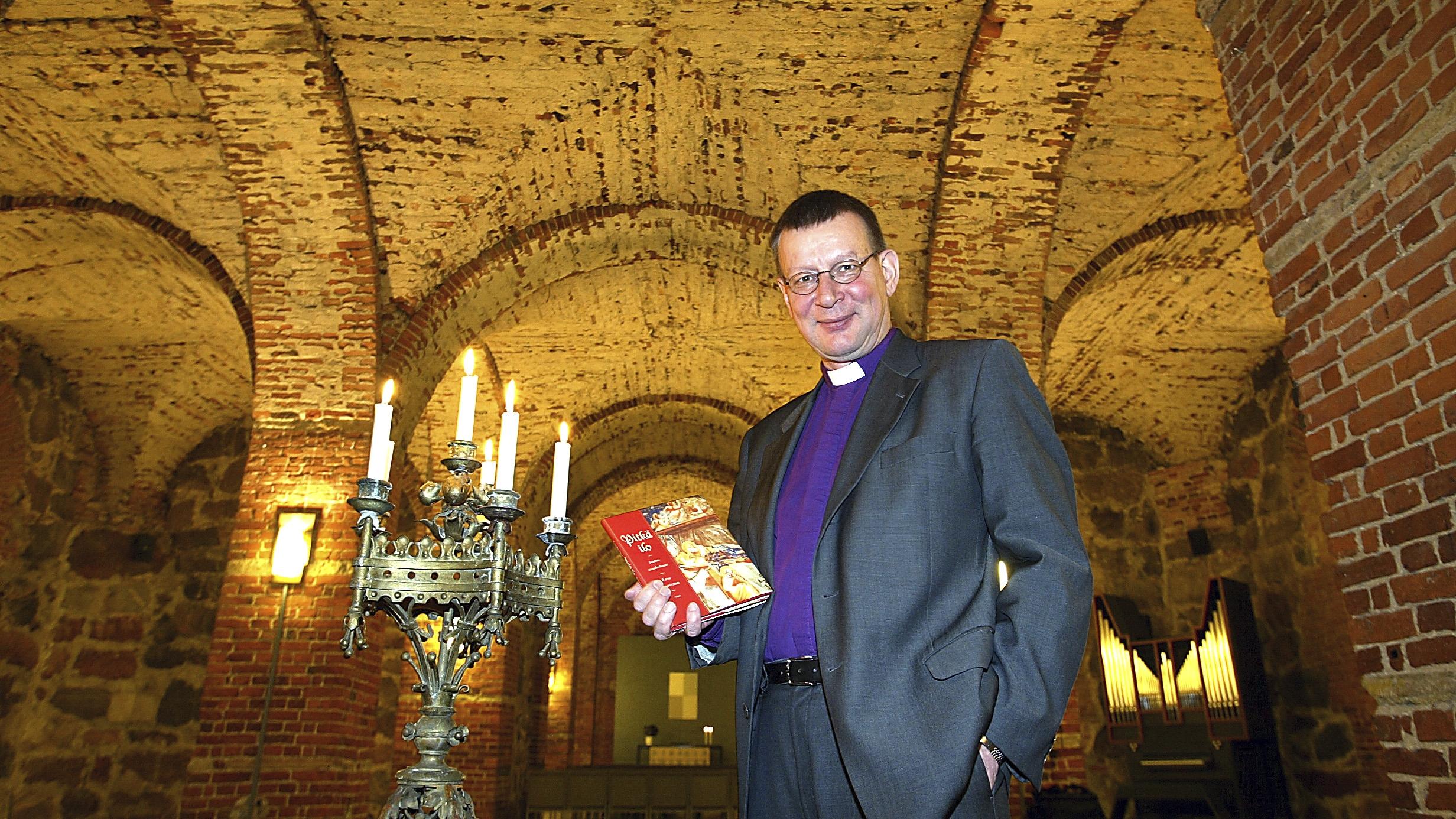 Eero Huovinen ehti kirjoittaa uransa aikana suuren määrän hengellistä kirjallisuutta. Yksi teoksista on nimeltään Pitkä ilo. Joulun evankeliumi.