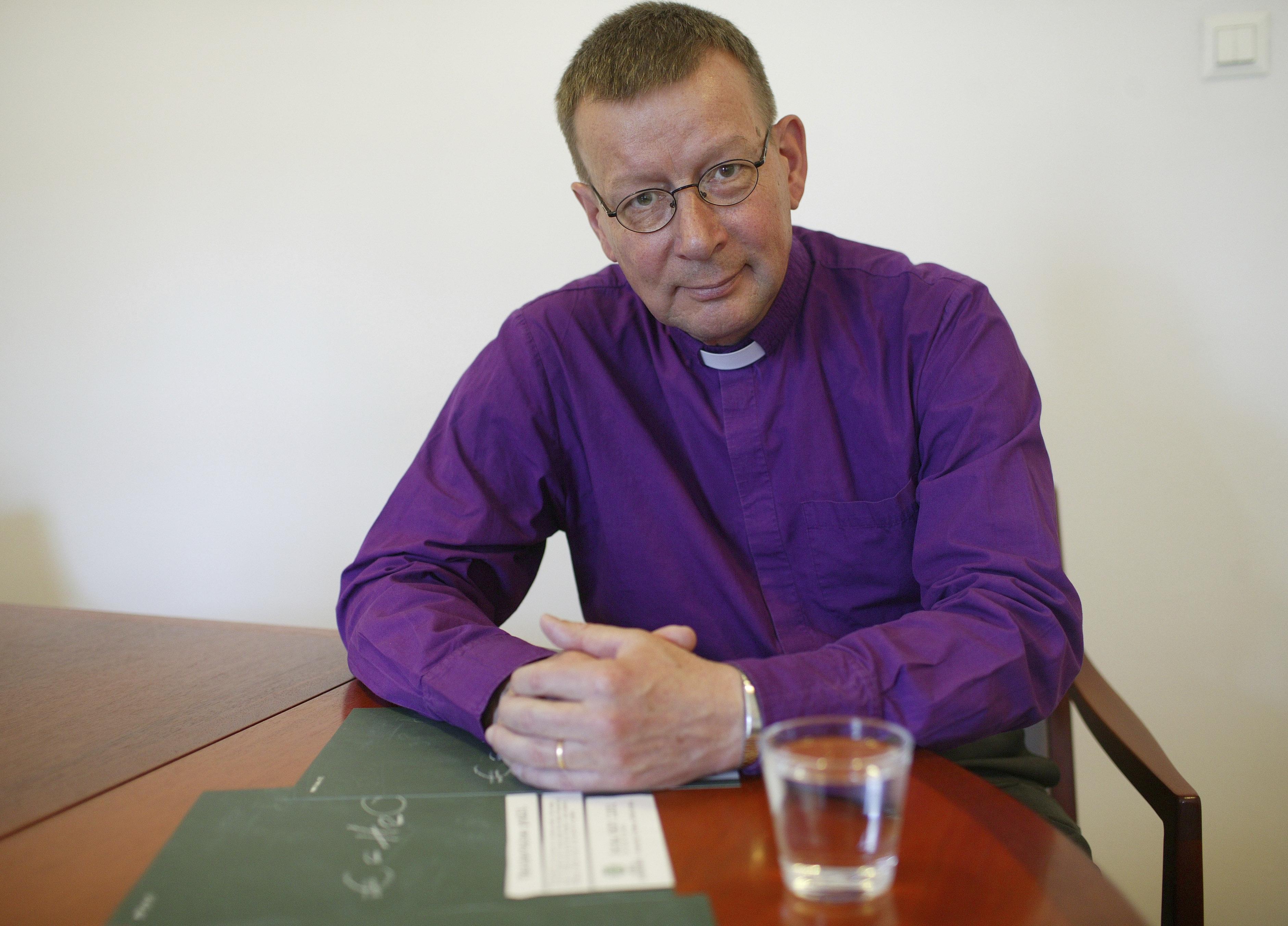 Vuonna 2005 Helsingin piispa Eero Huovinen toimi Kirkon Ulkomaanavun vesikampajan suojelijana. Kampajan auttoi muun muassa rakentamaan kaivoja sodan runtelemaan Sierra Leoneen.