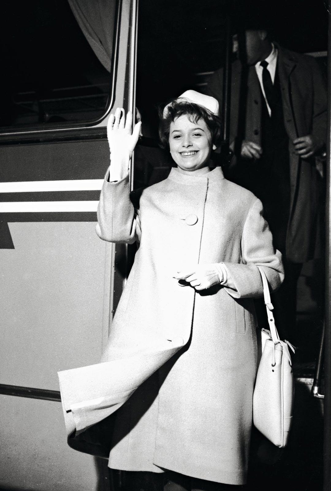 Marion Rung jännitti Euroviisu-debyttiään valtavasti. Kuvassa hän on matkalla viisukaupunki Luxemburgiin maaliskuussa 1962.