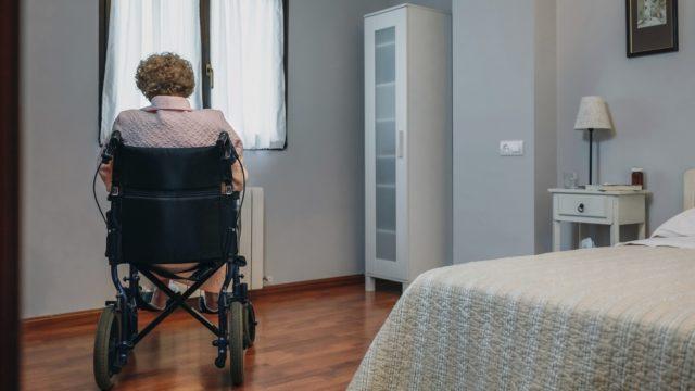 Apulaisoikeusasiamies Maija Sakslinin selvitys paljasti, että ikääntyneiden oikeus omahoitajaan ei toteudu, vaikka se olisi koronaepidemian aikana erityisen tärkeää.