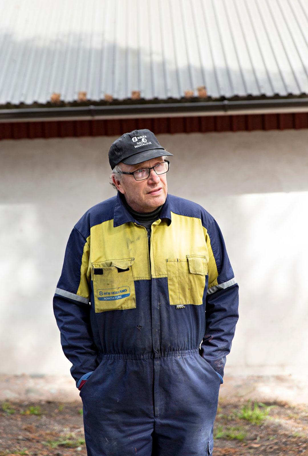 Lauri Niittysen isä ja tilan edellinen isäntä Antti Niittynen on poikansa apuna maatöissä.