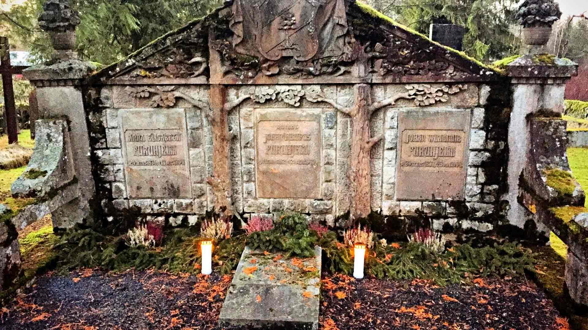 Urjalan hautausmaalla olevassa Furuhjelmien sukuhaudassa sai aikanaan viimeisen leposijansa myös Hampus Furuhjelm.