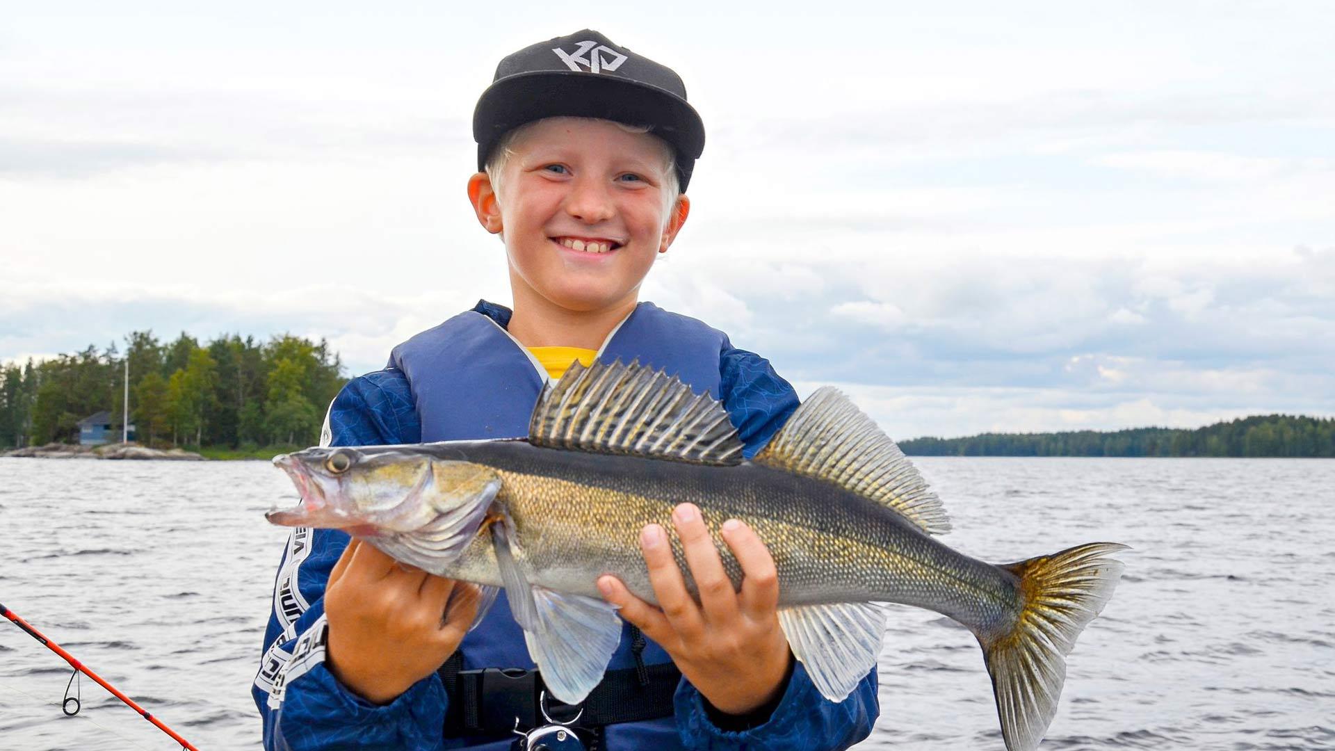 Kalastus on jännittävä harrastus. Oiva Heino esittelee ja jigillä pyydettyä kuhaa.