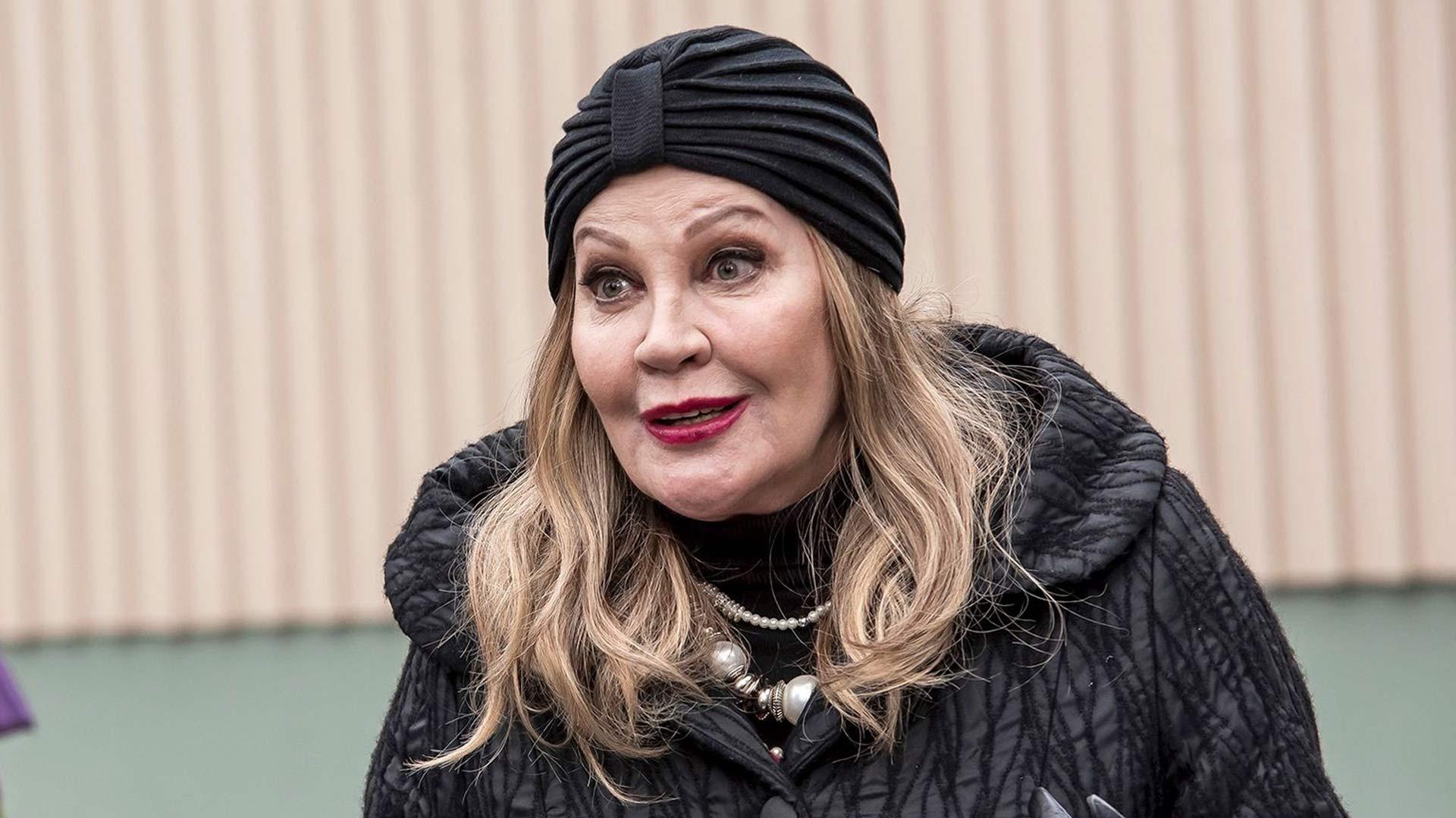 Hannele Lauri nähdään parhaillaan löytökoirana eloon palaavana oopperadiiva Annana sarjassa Ei haukku haavaa tee.