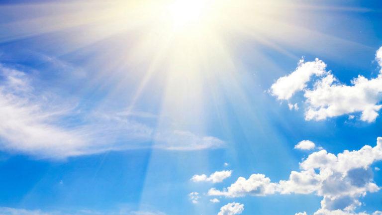 Jos auringossa haluaa oleskella, suojavoiteen käytön lisäksi ihoa on hyvä suojata myös hatulla, aurinkolaseilla ja tiheästä kankaasta tehdyillä vaatteilla.
