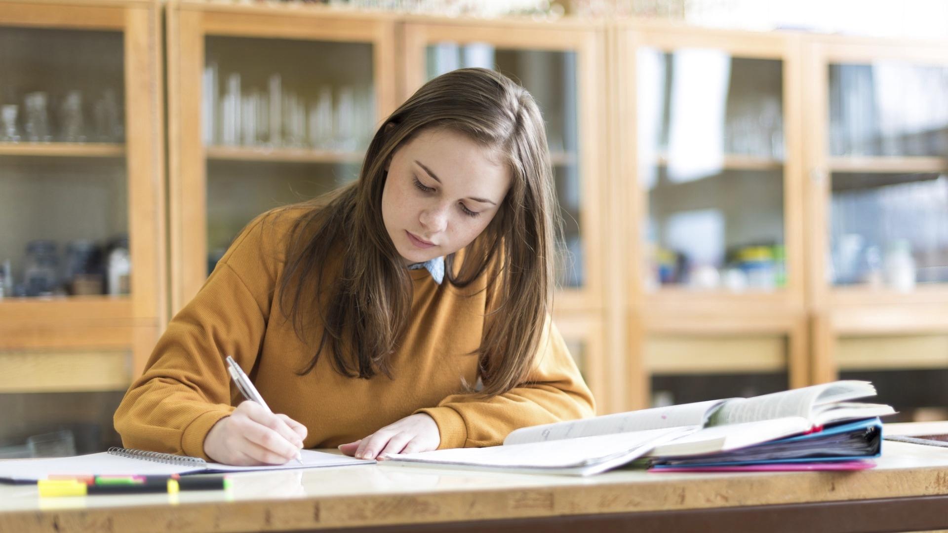 Koronakevät on tuonut valtavasti epävarmuutta opiskelemaan pyrkiville nuorille. Ensin uudistettiin korkeakoulujen valintakriteerit ja sen jälkeen odotettiin tietoa, millä tavoin pääsykokeet ylipäänsä järjestetään.