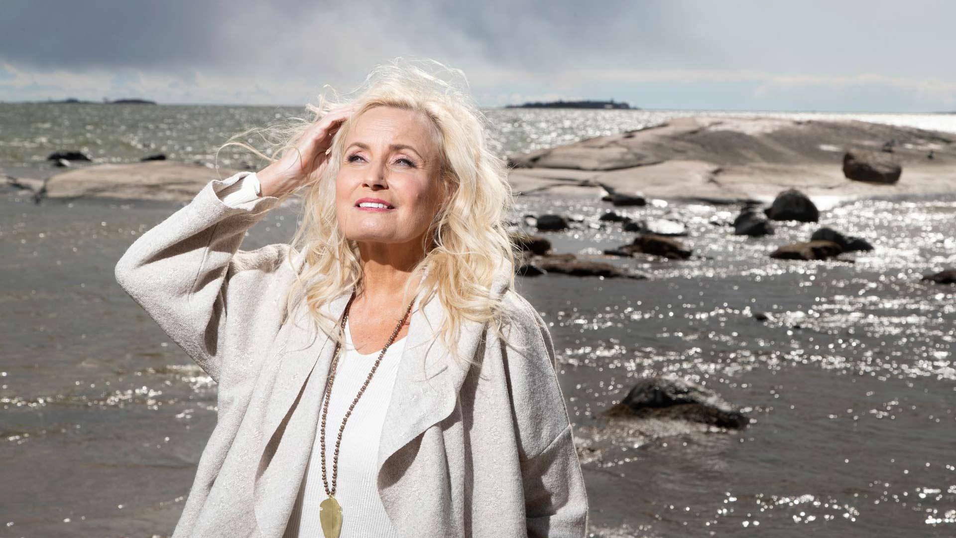 """Sonja Lummen perhe ei kaihtanut merta Stefanin katoamisen jälkeen. """"Kävin isän kanssa kalastamassa ja nostamassa verkkoja kovallakin tuulella. Äidistäkään ei tullut ylisuojelevaista, mutta hän joutui varmasti taistelemaan siitä itsensä kanssa."""" Kuva: Pekka Nieminen/Otavamedia"""