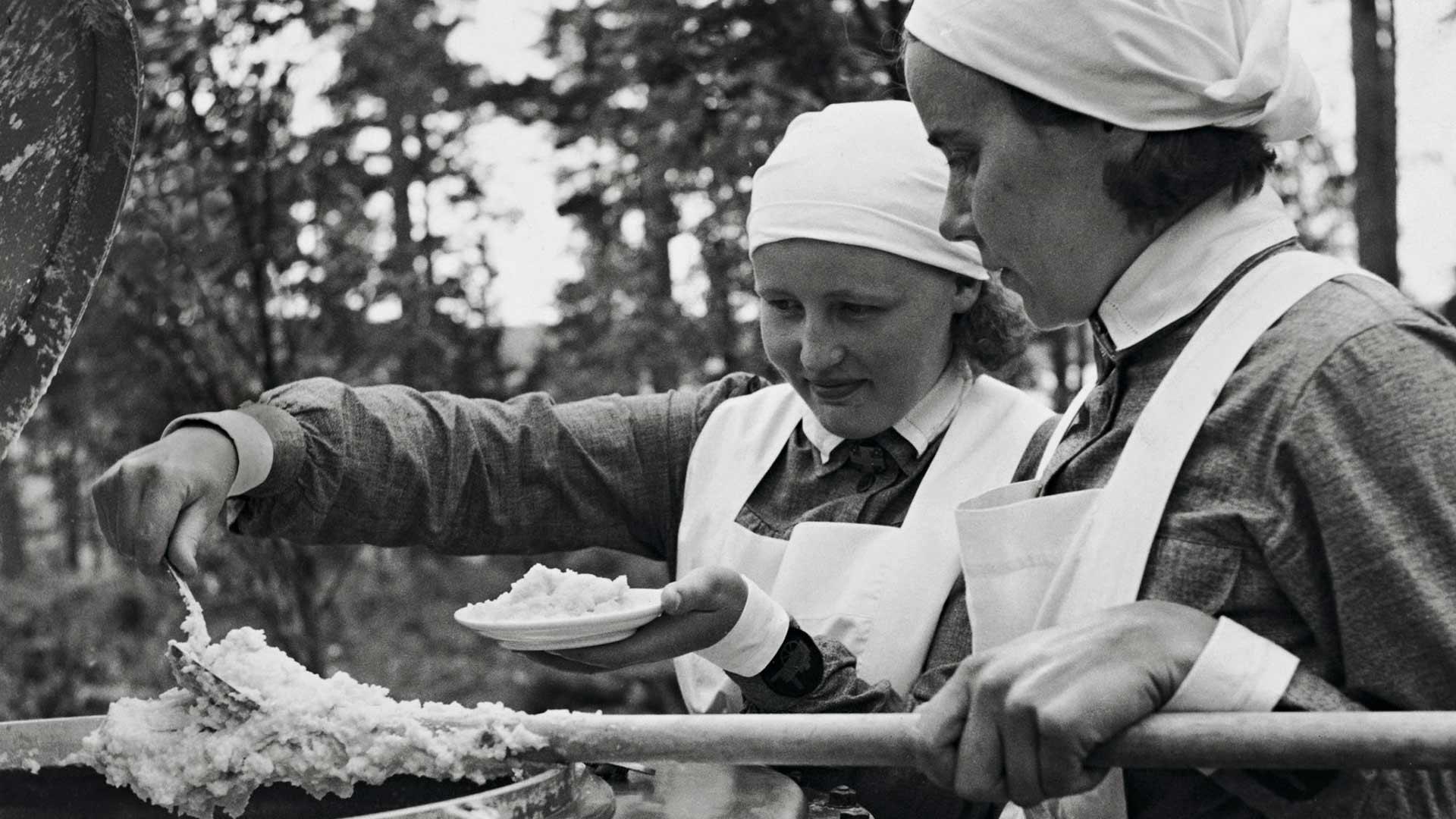 Viimeksi lotat jakoivat näin paljon ruokaa hädänalaisille sota-aikana. Säätiö antaa vuosittain 3,5 miljoonaa euroa muun muassa lottien kuntoutukseen ja naisten kriisiajan koulutukseen.