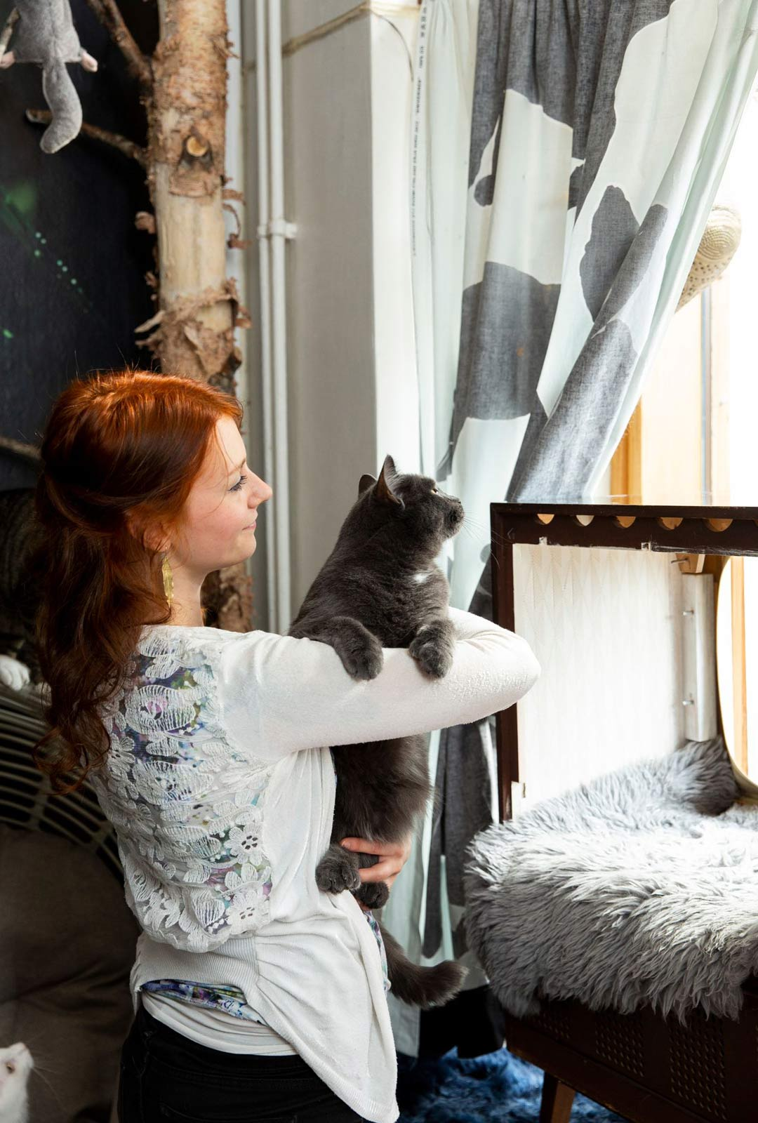 """""""Pikavisiitit kahvilassa ovat mahdottomia näinä aikoina, kun kissat ovat niin huomionkipeitä"""", Tuuli Hyvönen tietää."""