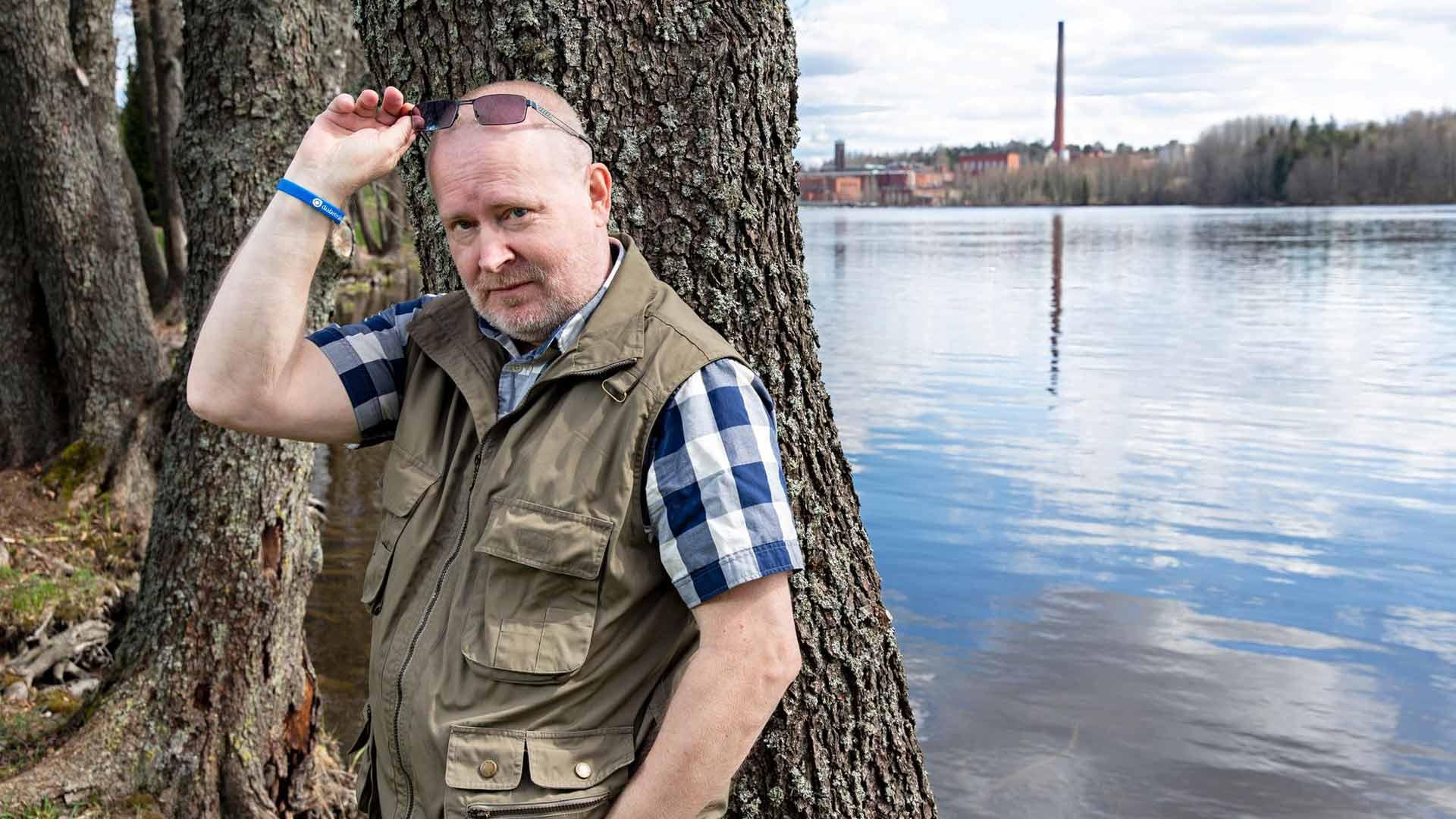 """""""Negatiiviselle politiikalle tulee olemaan tilausta, ja perussuomalaiset elää epäjärjestyksen luomisesta. Puolueella on edessä toinen repeäminen, sillä yhteinen linja on löytynyt vain maahanmuuton vastustamisesta"""", Jari Lindström sanoo."""