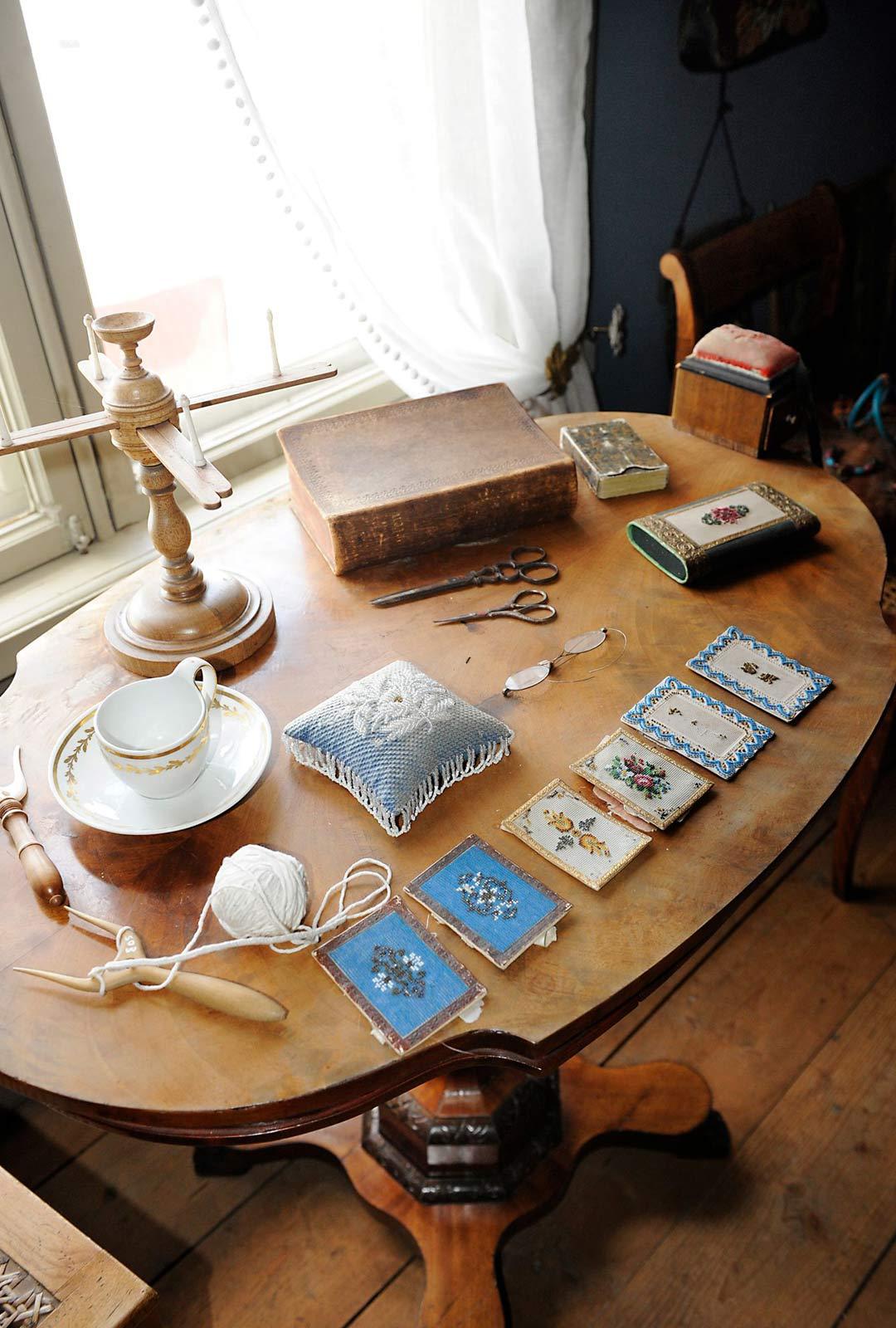 Millainen oli vauraan kauppiaan talo 1700- ja 1800- luvuilla? Lebellin perheen arkea voi aistia aikamatkalla kodin kalustetuissa huoneissa.