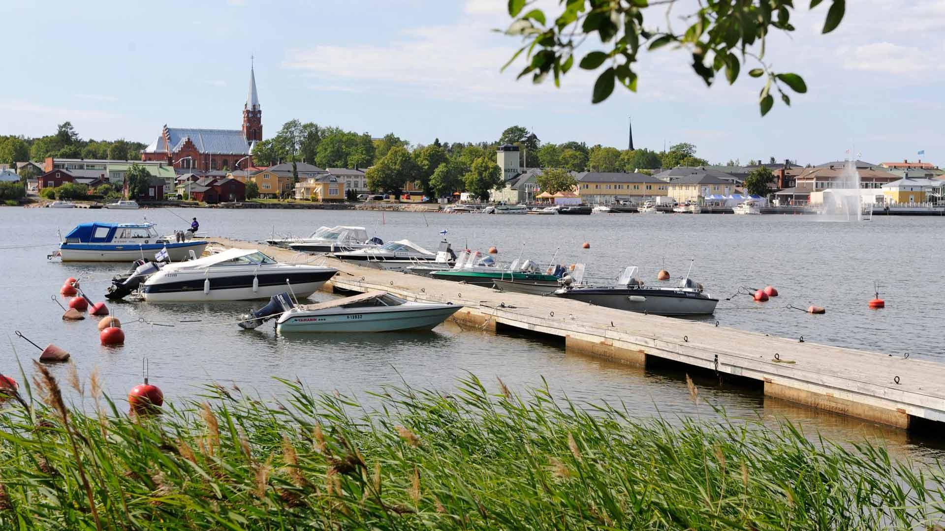 Kaupunginlahdelle vie myös vuokraamon vesijetti, kajakki ja suplauta. Suuntaa niillä uimarannoille.